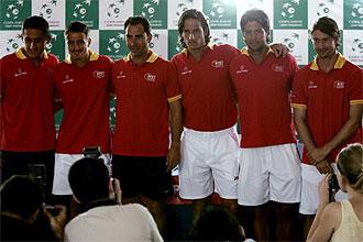 Los componentes del equipo español de Copa Davis posan para los medios gráficos en Marbella.