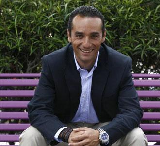 José Luís Oltra, sentado en un banco durante una entrevista a MARCA
