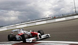 Timo Glock traza una curva en Nurburgring