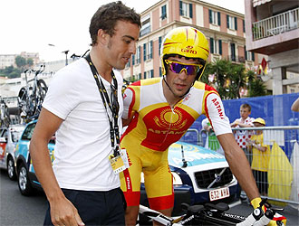 Alonso saluda a Contador, en Mónaco, antes de la salida del Tour de Francia