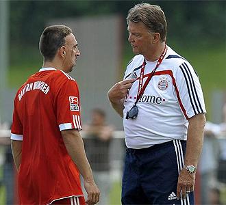 Rib�ry charla con Van Gaal en un entrenamiento.