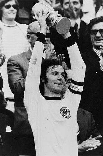 Beckenbauer levanta el Mundial de 1974.