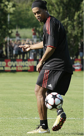 Ronaldinho 'juega' con un balón durante una sesión de entrenamiento en Milanello