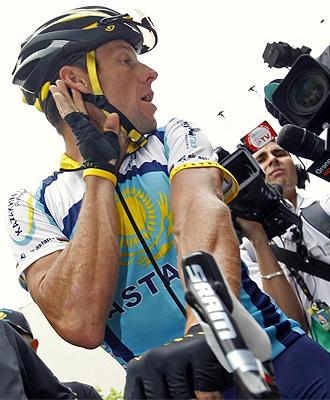 Armstrong muestra la oreja sin el pinganillo.