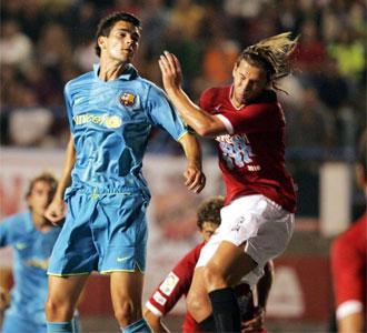 Alberto Botía pelea un balón en su etapa en el filial del FC Barcelona