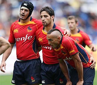 Javier Canosa, con un casco para protegerse la herida de la ceja, se dispone a entrar en una melé junto a Juan Cano y Benjamín Pardo en el Europeo de Seven