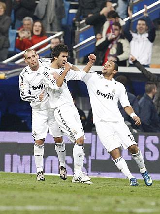 Alberto Bueno celebra con Sneijder y Marcelo el gol que consiguió ante el Real Unión en la Copa del Rey