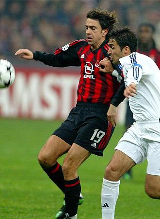 Costacurta lucha por un balón con Raúl.