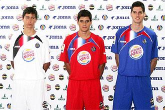 Tres futbolistas del filial del Getafe posan con las nuevas equipaciones del club madrile�o.