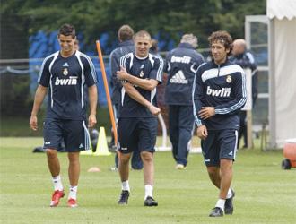 Cristiano Ronaldo, Benzema y Ra�l, durante un entrenamiento de los blancos.