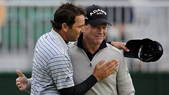 Sergio, felicitando a Tom Watson.