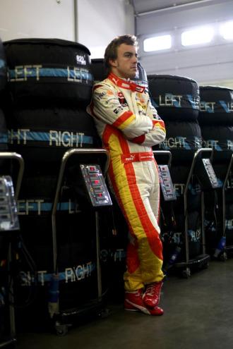 Alonso, en el box de Renault.