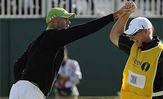 Cink celebra con su caddie el birdie en el hoyo 18 que, a la postre, le permiti� disputar el desempate.
