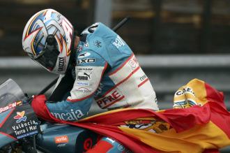 Sim�n celebra su victoria en Sachsenring.