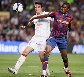 Samuel Eto'o pugna por un bal�n con Miguel Fla�o en el �ltimo partido del camerun�s en el Nou Camp.