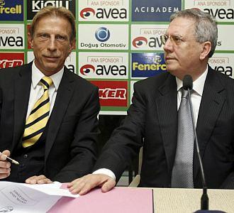 Christoph Daum, en su presentación como nuevo técnico del Fenerbahçe