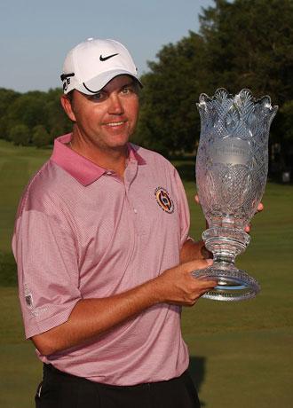 Bo Van Pelt con el trofeo despu�s de conquistar el torneo US BANK Campionship