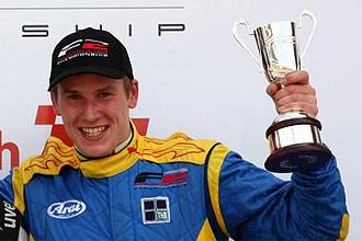 Henry Surtees, en el podio de la carrera del sábado