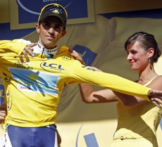 Alberto Contador se enfunda el maillot amarillo.