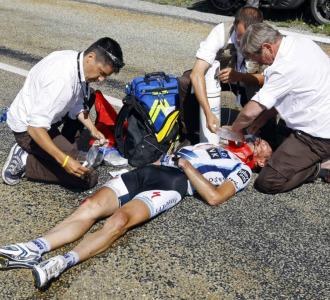 Jens Voigt es atendido en la carretera.