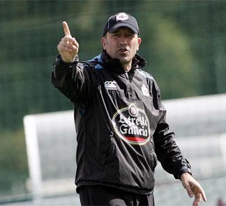 Miguel Ángel Lotina dirigiendo un entrenamiento del Deportivo de La Coruña en la pretemporada en Abegondo