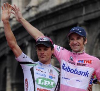 Danilo Di Luca en el podio del Giro junto a Menchov.