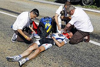 Jens Voigt es atendido por los servicios médicos tras sufrir la caída.