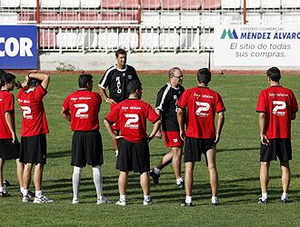 Pepe Mel charla con la plantilla en el segundo entrenamiento de pretemporada del Rayo Vallecano.