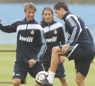 Cristiano Ronaldo controla un balón ante la atenta mirada de 'Guti' y de Míchel Salgado en el último entrenamiento en Irlanda
