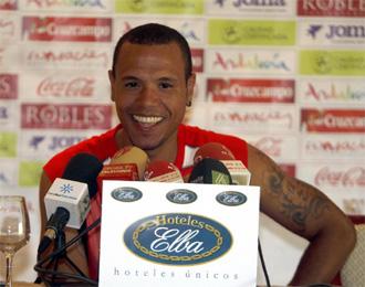 Luis Fabiano atiende a los medios en rueda de prensa tras su regreso de las vacaciones.