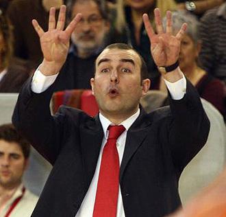 Jaume Ponsarnau en el banquillo del Ricoh Manresa