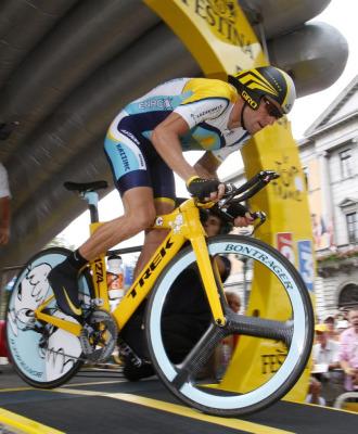 Lance Armstrong tomando la salida.