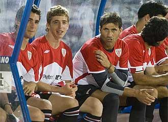 Armando y Muniain en el banquillo durante el amistoso frente al Benfica.