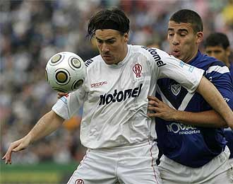 Otamendi y el jugador de Huracán Federico Nieto.