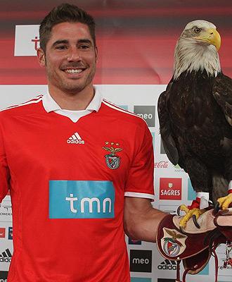 El jugador murciano posa con la mascota del equipo lisboeta