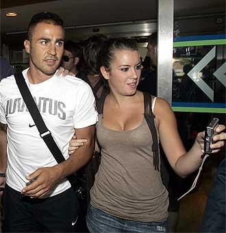 Cannavaro se fotograf�a con una aficionada a la llegada de la Juventus al aeropuerto de San Pablo de la capital hispalense.
