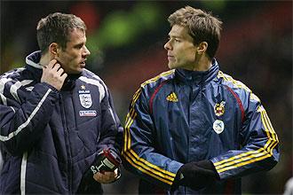 Jamie Carragher y Xabi Alonso hablan antes del partido amistoso que disputaron Inglaterra y España en abril de 2007 en Old Trafford.