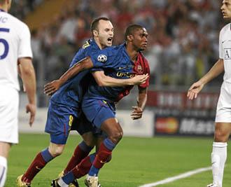 Iniesta abraza a Etoo tras marcar en la final de la Champions de 2009