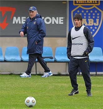 Roncaglia durante un entrenamiento de Boca con Basile al fondo.