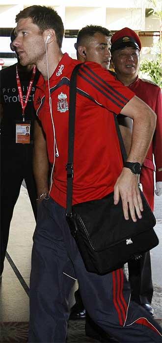 Xabi Alonso llega al hotel del Liverpool en Singapur este jueves.