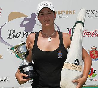 La ganadora posa con sus trofeos