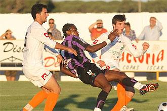 Manucho chuta en el partido frente al �scar.