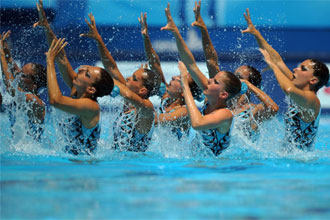 El equipo español de natación sincronizada ejecutando un ejercicio en Roma.