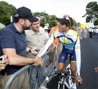 Alberto Contador saluda a unos aficionados llegados desde la localidad madrile�a de Pinto en esta edici�n del Tour de Francia