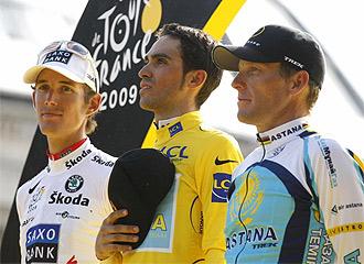 Contador, en el podio con Schleck y Armstrong