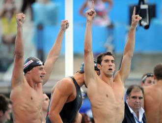 El equipo norteamericano, encabezado por Phelps, celebra su oro en 4x100.