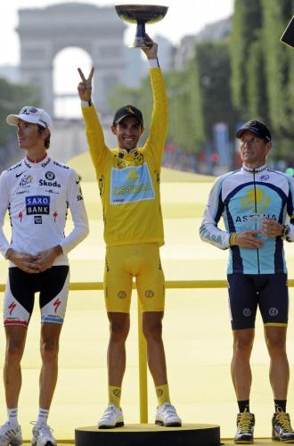 Alberto Contador en el podio de París.