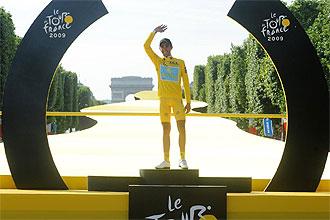 Alberto Contador saluda desde el podio tras conquistar el Tour de Francia.