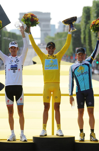 Alberto Contador en lo más alto del podio de París.