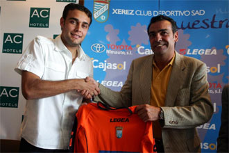 Renan posa junto al presidente del Xerez en su presentación.